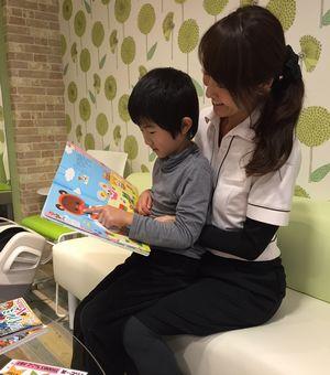お子さんに本の読み聞かせ
